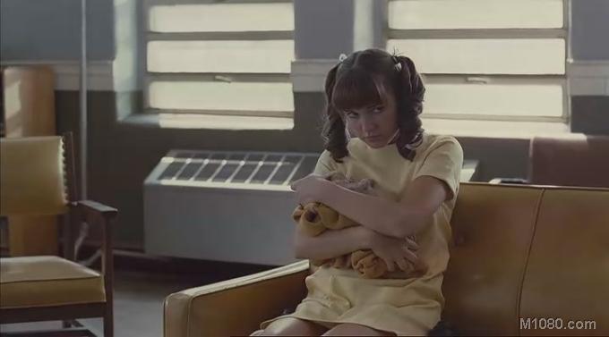 能见到的除了冷冰冰的医生护士,便是隔壁的女孩艾米莉(玛米艾·古默